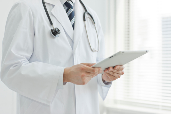 The doctor who operates a tablet PC